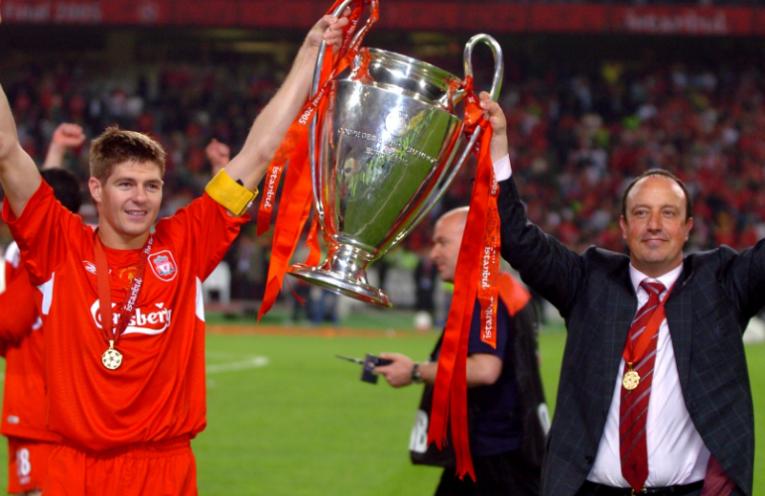 Ο Steven Gerrard και ο Rafa Benitez κρατάνε το βαρύτιμο τρόπαιο του Champions League.