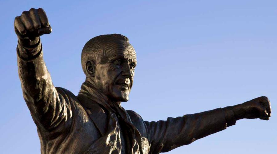 To θρυλικό άγαλμα του Shankly έξωθεν του Anfield