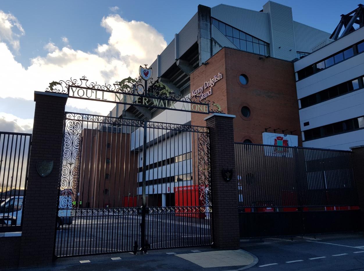 Όταν σε πιάνει δέος για τρεις λόγους, στην ίδια φωτογραφία. Ένα γήπεδο, ένα όνομα, μια πύλη...