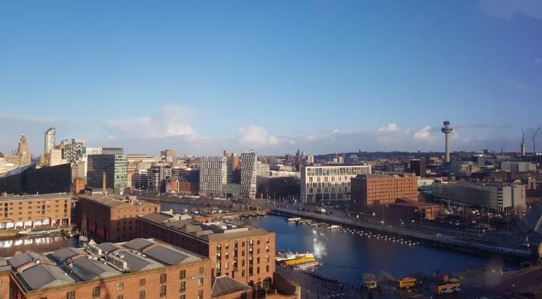 Φωτογραφία της πόλης μέσα από το μπουθ του The Wheel of Liverpool