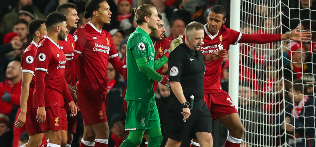 "Moss Η Tottenham κατάφερε να φύγει με το θετικό αποτέλεσμα από το Anfield, κάνοντας το 2-2 απέναντι στην Liverpool στην εκπνοή του αγώνα. Πρόκειται για ένα αποτέλεσμα που βάσει της εικόνας του αγώνα ήταν και το πιο δίκαιο. Στο ποδόσφαιρο όμως δεν υπάρχει πάντα δικαιοσύνη, υπάρχουν διάφορα κλισέ όπως ""άγραφοι νόμοι"", ""άγριες ομορφιές"", ""κόντρα στη ροή του ματς"" κοκ. Δυστυχώς, υπάρχει και ο αστάθμητος παράγοντας που λέγεται ""ανθρώπινο (?) λάθος"". Σε αυτές τις περιπτώσεις, πρωταγωνιστές μπορεί να είναι κάποιος ή κάποιοι από τους 22 εντός των 4 γραμμών του γηπέδου που μπορεί με ένα λάθος να κρίνουν την έκβαση του παιχνιδιού, υπάρχουν οι δύο άνθρωποι που ελέγχουν την ""αγωνιστική σκακιέρα"", όπου με μια αλλαγή μπορεί να αλλάξουν θετικά ή αρνητικά τη ροή του παιχνιδιού, αλλά υπάρχουν και οι ""άρχοντες του αγώνα"" οι οποίοι βοηθούν στην ομαλή (ή μη) διακύμανση του παιχνιδιού. Με τελευταίο παράδειγμα τον διαιτητή Jon Moss, τον επόπτη γραμμής Ed Smart και τον τέταρτο Martin Atkinson να μην ξέρουν αν πρέπει να δοθεί το πέναλτι του Karius στον Kane, αλλά και τον Smart να παίρνει πάνω του την -όποια- παράβαση είδε του Van Dijk στην εκπνοή του αγώνα, η Liverpool έχει χάσει φέτος ουκ ολίγους βαθμούς λόγω ελεγχόμενων αποφάσεων, από την πρεμιέρα μάλιστα."