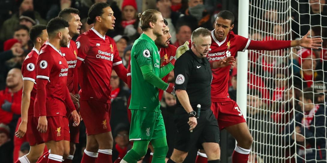 """Η Tottenham κατάφερε να φύγει με το θετικό αποτέλεσμα από το Anfield, κάνοντας το 2-2 απέναντι στην Liverpool στην εκπνοή του αγώνα. Πρόκειται για ένα αποτέλεσμα που βάσει της εικόνας του αγώνα ήταν και το πιο δίκαιο.  Στο ποδόσφαιρο όμως δεν υπάρχει πάντα δικαιοσύνη, υπάρχουν διάφορα κλισέ όπως """"άγραφοι νόμοι"""", """"άγριες ομορφιές"""", """"κόντρα στη ροή του ματς"""" κοκ.  Δυστυχώς, υπάρχει και ο αστάθμητος παράγοντας που λέγεται """"ανθρώπινο (?) λάθος"""". Σε αυτές τις περιπτώσεις, πρωταγωνιστές μπορεί να είναι κάποιος ή κάποιοι από τους 22 εντός των 4 γραμμών του γηπέδου που μπορεί με ένα λάθος να κρίνουν την έκβαση του παιχνιδιού, υπάρχουν οι δύο άνθρωποι που ελέγχουν την """"αγωνιστική σκακιέρα"""", όπου με μια αλλαγή μπορεί να αλλάξουν θετικά ή αρνητικά τη ροή του παιχνιδιού, αλλά υπάρχουν και οι """"άρχοντες του αγώνα"""" οι οποίοι βοηθούν στην ομαλή (ή μη) διακύμανση του παιχνιδιού.  Με τελευταίο παράδειγμα τον διαιτητή Jon Moss, τον επόπτη γραμμής Ed Smart και τον τέταρτο Martin Atkinson να μην ξέρουν αν πρέπει να δοθεί το πέναλτι του Karius στον Kane, αλλά και τον Smart να παίρνει πάνω του την -όποια- παράβαση είδε του Van Dijk στην εκπνοή του αγώνα, η Liverpool έχει χάσει φέτος ουκ ολίγους βαθμούς λόγω ελεγχόμενων αποφάσεων, από την πρεμιέρα μάλιστα."""