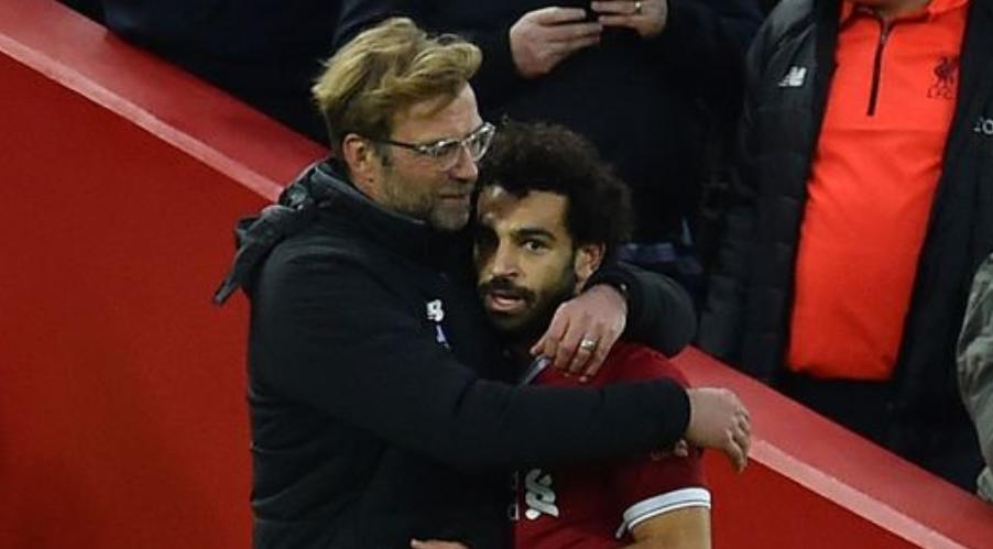 O Salah σε μία από τις πολλές αγκαλιές του Klopp