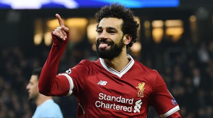O Salah πανηγυρίζει μπροστά στους ταξιδεύοντες φίλους της Liverpool