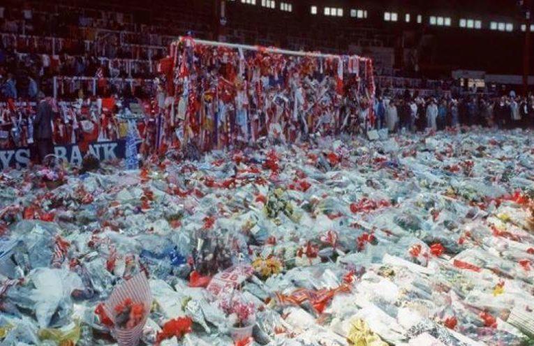 Κατάθεση στεφάνων, λουλουδιών και αναμνηστικών στα θύματα του Hillsborough.