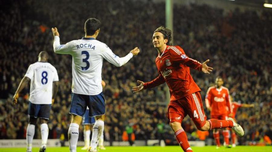 Ο Aquilani πανηγυρίζει με τη φανέλα της Liverpool απέναντι στην Portsmouth