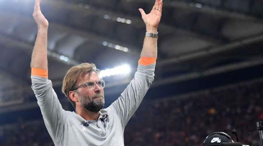 O Klopp χειροκροτεί τους φιλάθλους της Liverpool.
