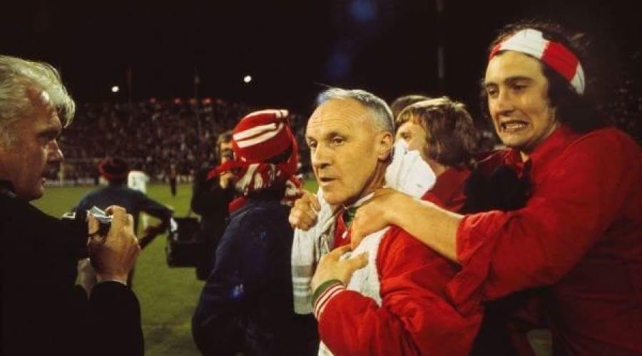 O Bill Shankly πανηγυρίζει μετά τον δεύτερο αγώνα για το UEFA Cup.