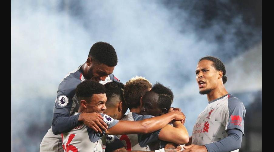 Οι παίκτες της Liverpool πανηγυρίζουν το δεύτερο γκολ από το Sadio Mane