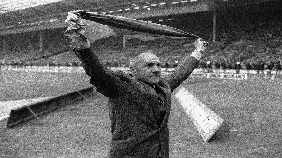 """Σαν σήμερα: 1/12/1959 Προσλαμβάνεται στην ομάδα μας ο """"πατέρας της"""", Bill Shankly"""