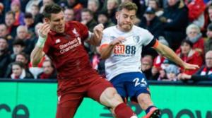 O James Milner σε διεκδίκηση κατοχής με τον Frazer της Bournemouth.