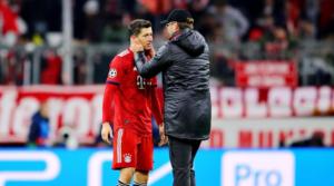 O Lewandowski μαζί με τον πρώην προπονητή του στη Dortmund, Jurgen Klopp, μετά το τέλος του αγώνα στο Μόναχο.