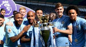 Οι παίκτες της Manchester City πανηγυρίζουν την κατάκτηση της περσινής Premier League, γεγονός πού η πλειοψηφία των οπαδών της United επιθυμεί να επαναληφθεί φέτος.