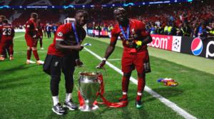 Sadio Mane και Naby Keita με την κούπα του Champions League.