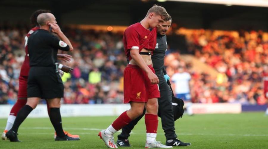 O Paul Glatzel αποχωρεί τραυματίας κατά τη διάρκεια του φιλικού με την Tranmere.