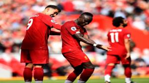 Bobby Firmino και Sadio Mane πανηγυρίζουν το 2-1 στον αγώνα με τη Newcastle.