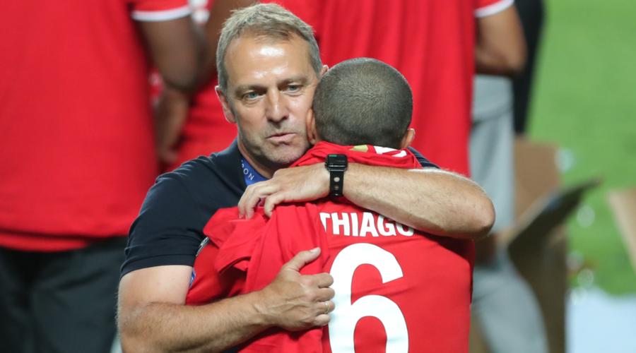 O Hansi Flick αγκαλιάζει τον Thiago μετά την κατάκτηση του Champions League από τη Bayern.