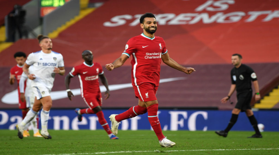 Ο Mo Salah πανηγυρίζει το ένα από τα 3 γκολ του εναντίον της Leeds United.