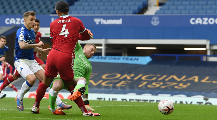 H στιγμή του τραυματισμού του Virgil van Dijk από τον Jordan Pickford.