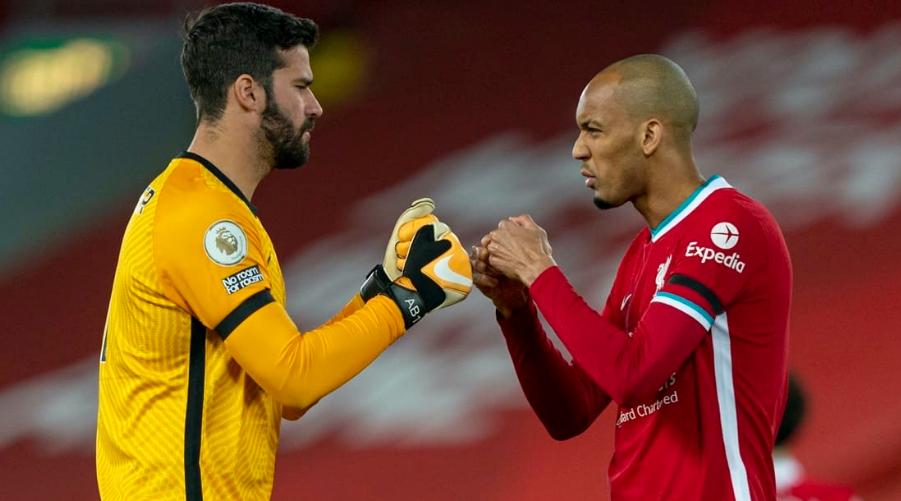 Fabinho και Alisson εμψυχώνουν ο ένας τον άλλο πριν την έναρξη του αγώνα με τη Leicester στον πρώτο γύρο.