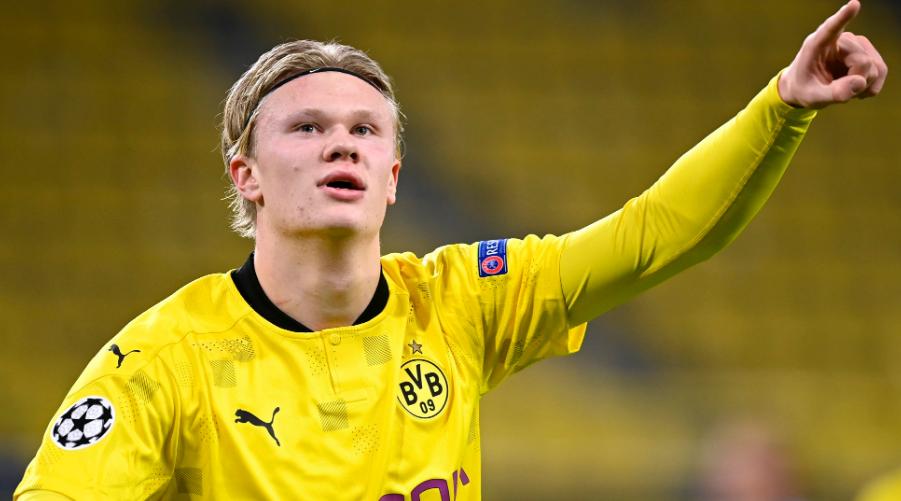 O Erling Haaland πανηγυρίζει ένα από τα πολλά γκολ του με τη φανέλα της Dortmund.