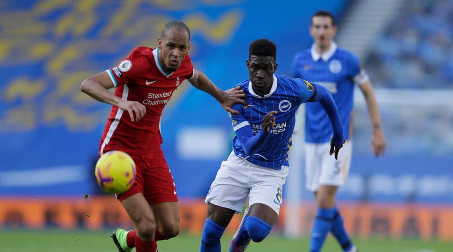 Bissouma και Fabinho σε διεκδίκηση της μπάλας,