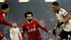 O Martial μαρκάρεται από τους Salah και Alexander-Arnold στο περσινό παιχνίδι στο Anfield.