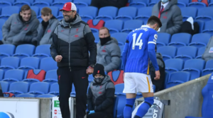 O Adam Lallana αποχωρεί τραυματίας από το Brighton-Liverpool του πρώτου γύρου.