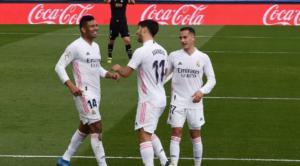 O Marco Asensio πανηγυρίζει με τους συμπαίκτες του το γκολ του, με το οποίο έκανε το 1-0 για τη Real.