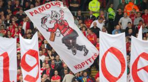 Σημαίες  του Spion Kop 1906 στο γεμάτο Anfield.