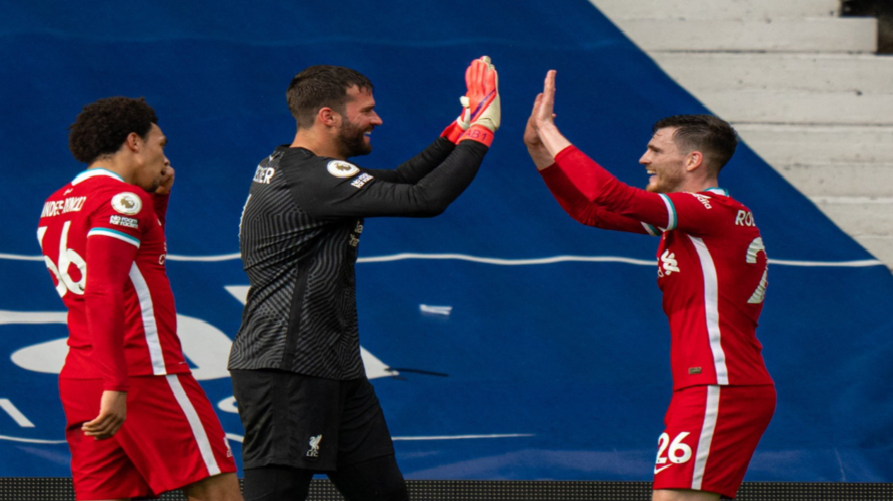 O Robertson συγχαίρει τον Alisson για το γκολ του.