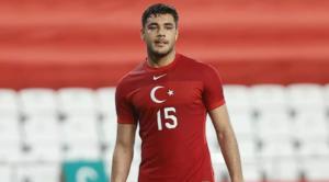 O Ozan Kabak με την εθνική Τουρκίας.O Ozan Kabak με την εθνική Τουρκίας.