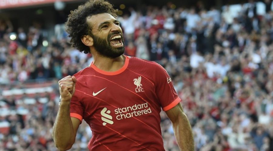 O Mo Salah πανηγυρίζει το εύστοχό του πέναλτι εναντίον της Chelsea.